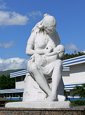 front-hospital-breastfeeding-statue-s